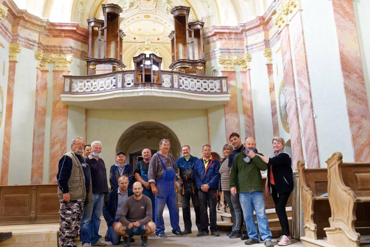 Stěhování varhan na kůr v kostele v Dyje